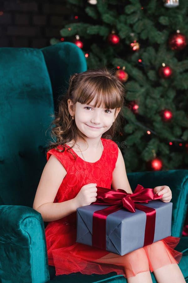 Leuk weinig gelukkig wit meisje met huidige doos royalty-vrije stock foto's