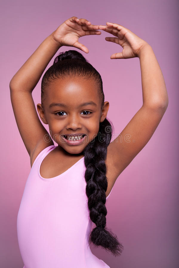 Leuk weinig het Afrikaanse Amerikaanse meisje dansen stock afbeelding