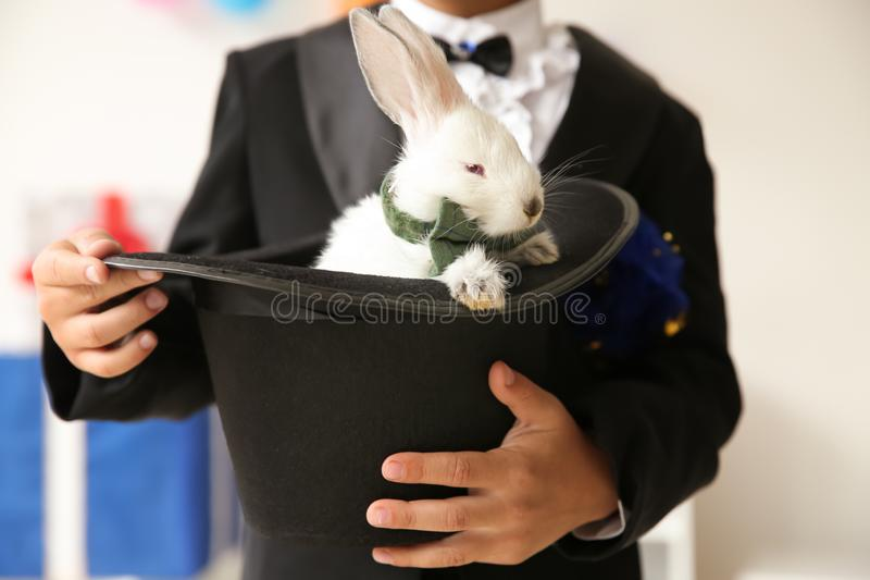 Leuk weinig hoed van de tovenaarholding met konijn binnen, close-up royalty-vrije stock foto