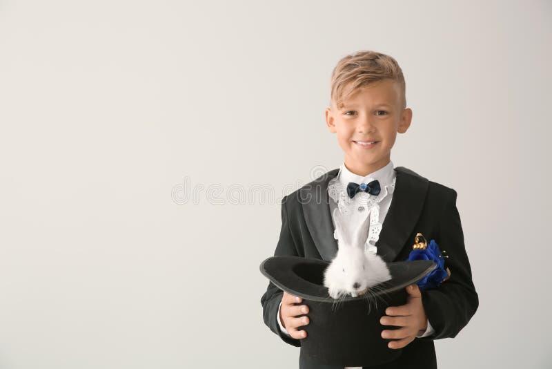 Leuk weinig hoed van de tovenaarholding met konijn op lichte achtergrond stock foto's