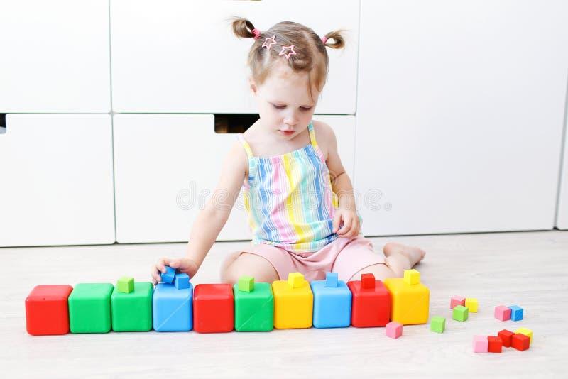 Verbazingwekkend 2 Jaar Peuter Het Spelen Met Onderwijsstuk Speelgoed Stock WC-64