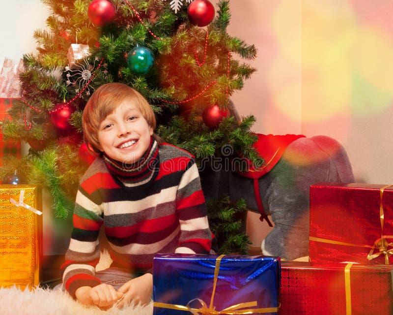 Leuk weinig jongen in de Vooravond van het Nieuwjaar stock afbeelding