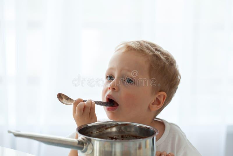 Leuk weinig jongen die Kerstmiskoekjes thuis voorbereiden royalty-vrije stock foto