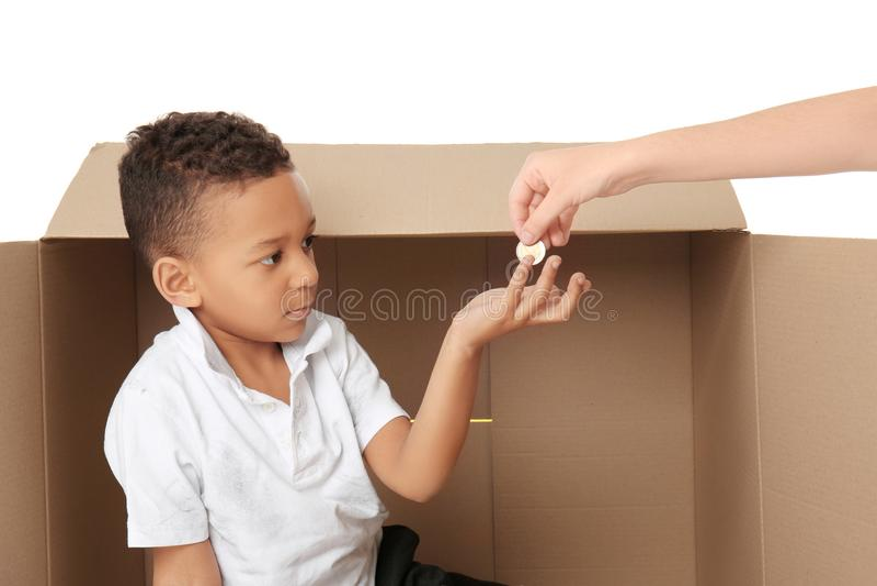 Leuk weinig jongen die om folder op witte achtergrond vragen stock afbeeldingen