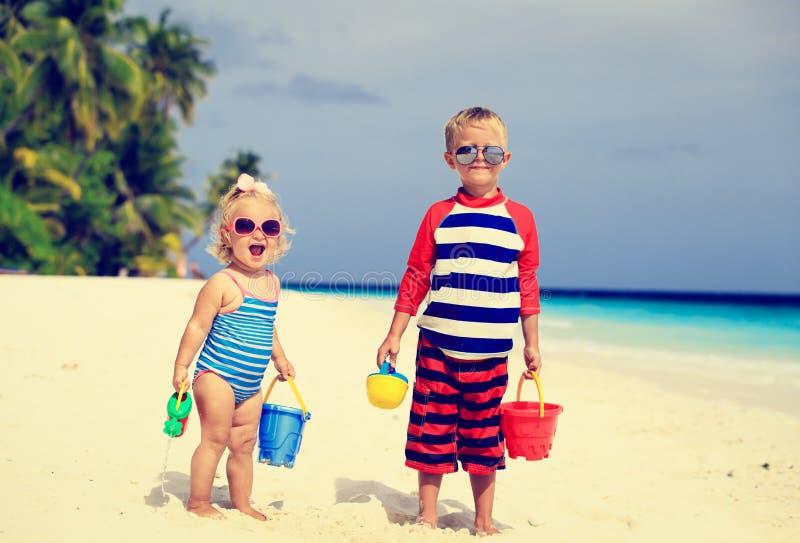 Leuk weinig jongen en peutermeisjesspel met zand royalty-vrije stock foto's