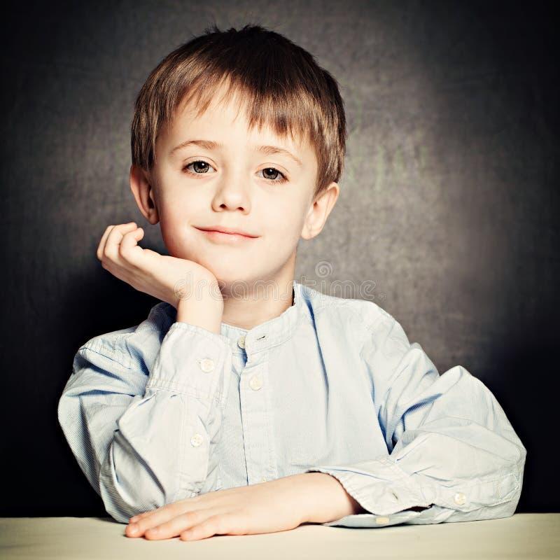 Leuk weinig jongen Gelukkig Kind op Bord stock foto's