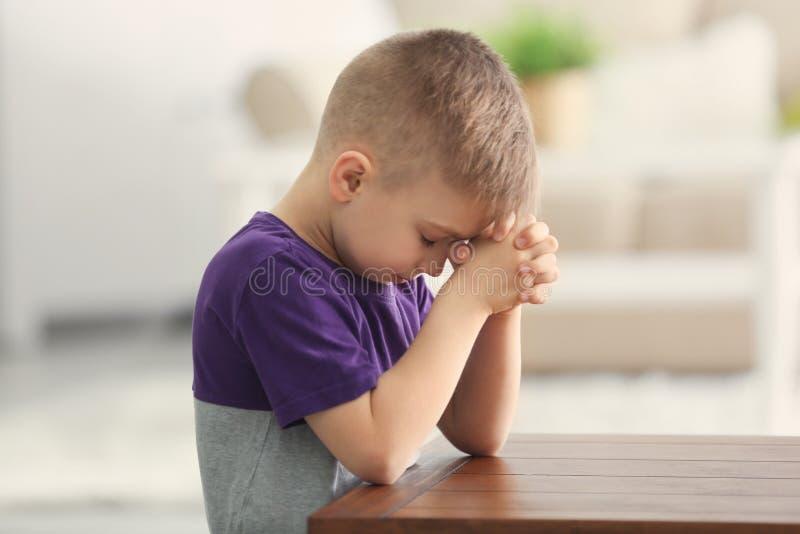 Leuk weinig jongen het bidden stock foto