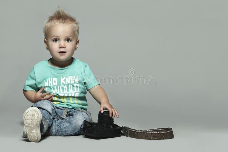 Leuk weinig jongen met camera royalty-vrije stock fotografie