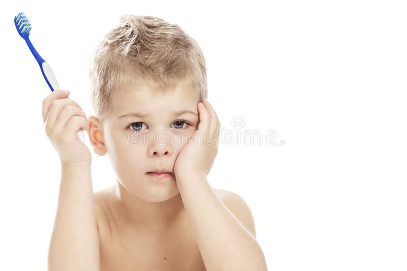 Leuk weinig jongen met een tandenborstel in zijn handen Close-up Ge?soleerd op een witte achtergrond royalty-vrije stock afbeelding