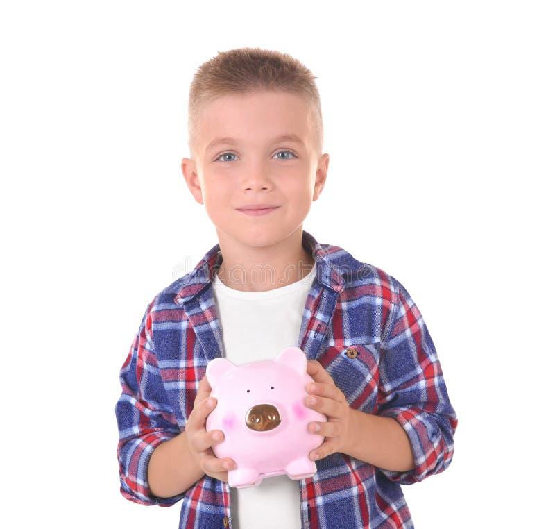 Leuk weinig jongen met spaarvarken stock afbeeldingen