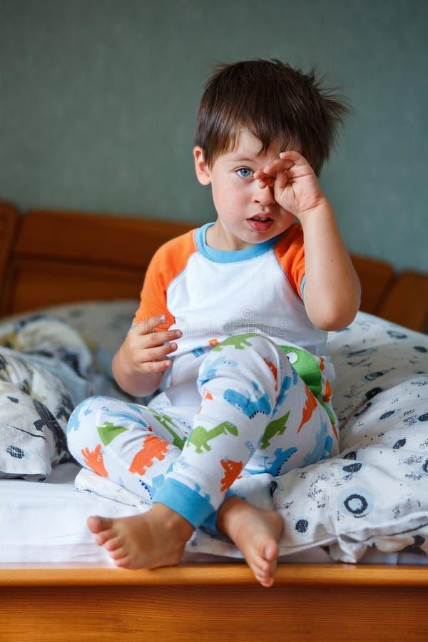 Leuk weinig jongen in pyjama's stock afbeeldingen