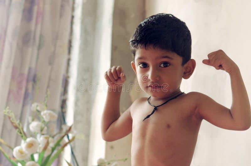 Leuk Weinig jongenskind het stellen als lichaamsbouwer royalty-vrije stock afbeeldingen