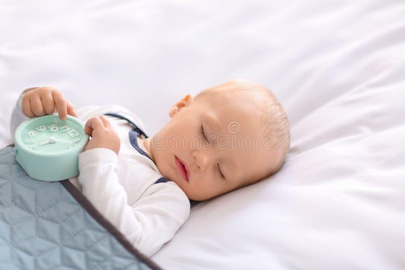 Leuk weinig jongensslaap in bed stock afbeelding