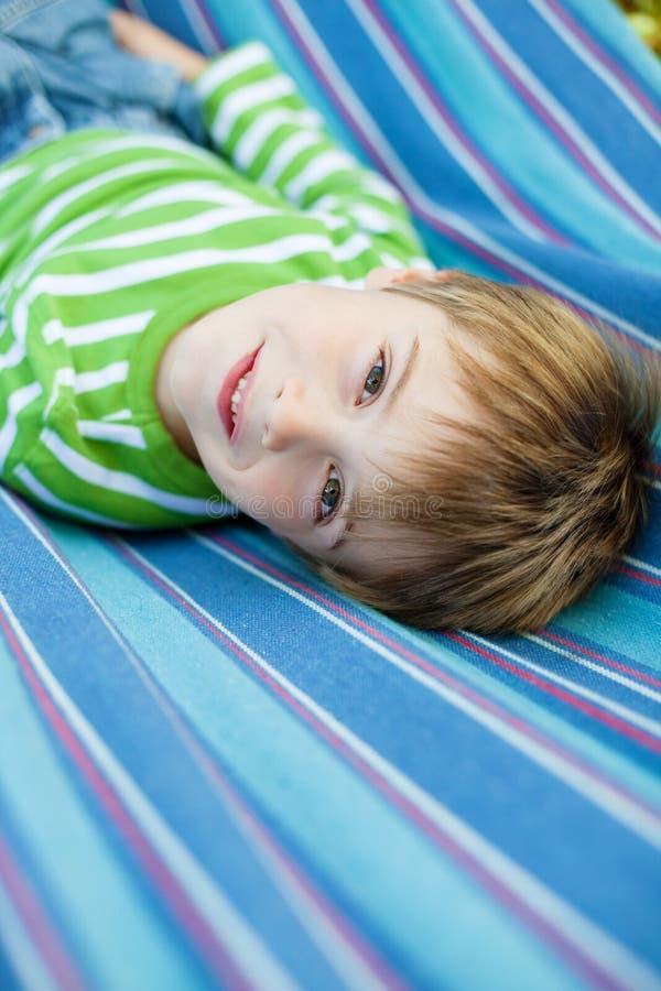 Leuk weinig kind die in de hangmat liggen royalty-vrije stock fotografie