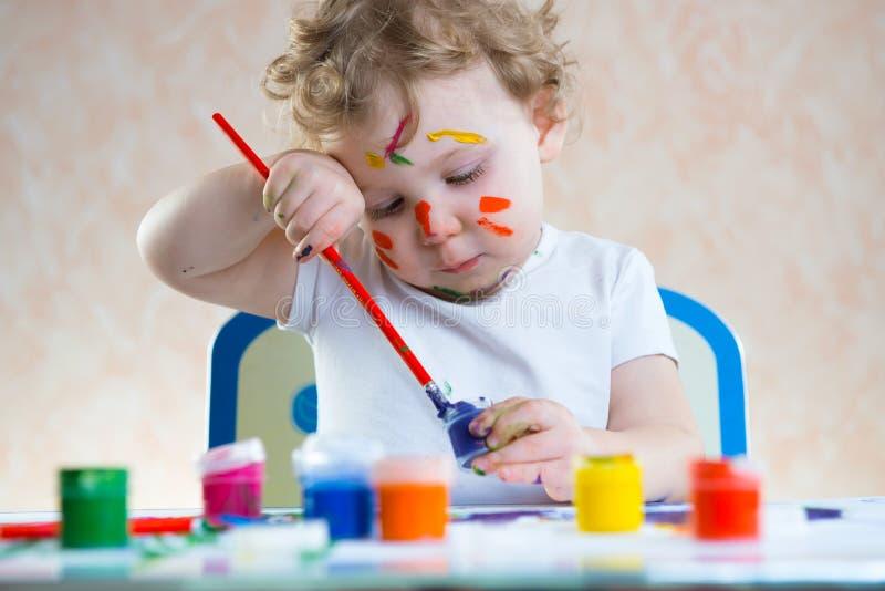 Leuk weinig kind het schilderen stock fotografie
