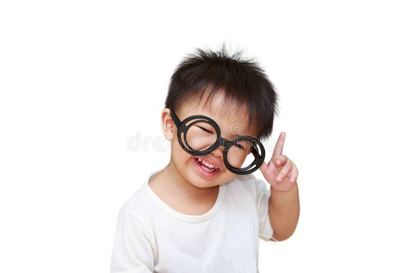 Leuk weinig kind met glasglimlach stock foto