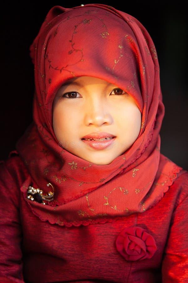 Leuk weinig moslimmeisje in traditionele kleding, hijab of niqab royalty-vrije stock foto's