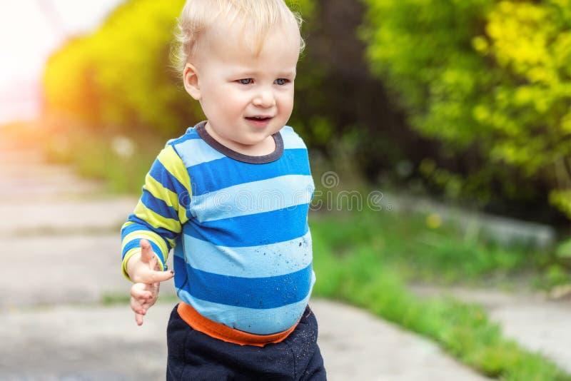 Leuk weinig peuterjongen die moeder vuile handen na in openlucht het spelen in modder tonen Nieuwsgierig kind met vuil of grond o royalty-vrije stock fotografie