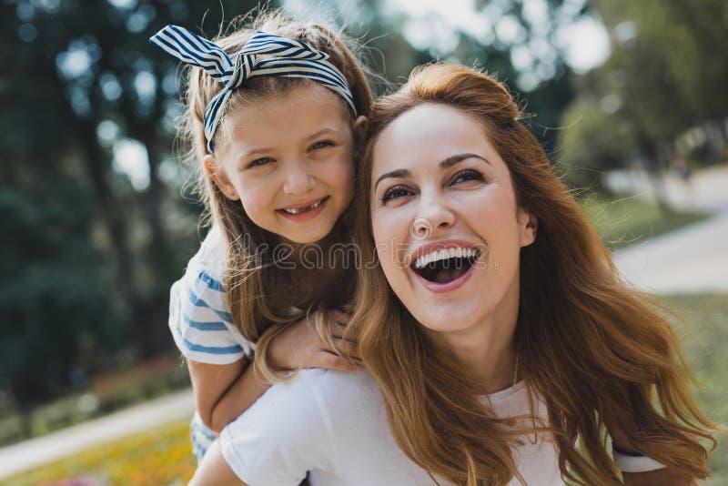 Leuk weinig peutermeisje die zonder tanden ruim glimlachen royalty-vrije stock fotografie