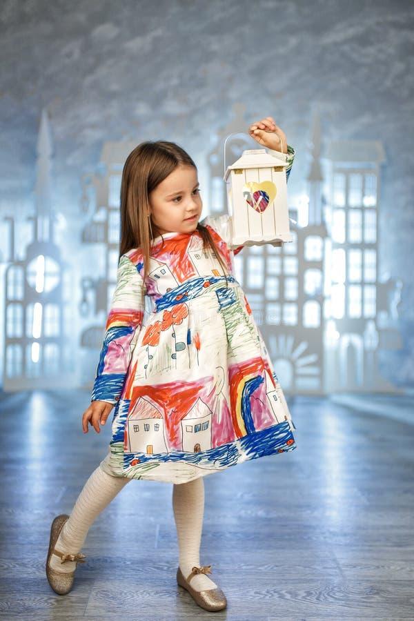 Leuk weinig prinses bij de studiodecoratie van het ijskasteel stock fotografie