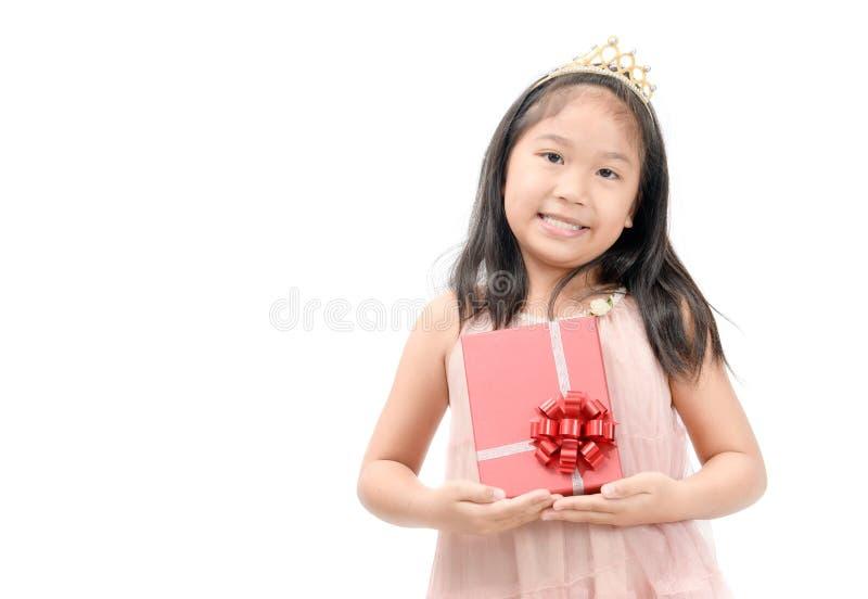 Leuk weinig prinses die rode giftdoos geïsoleerd houden royalty-vrije stock foto