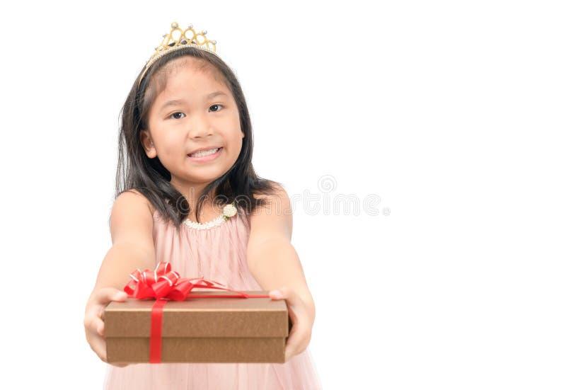 Leuk weinig prinses die rode giftdoos geïsoleerd houden royalty-vrije stock afbeelding