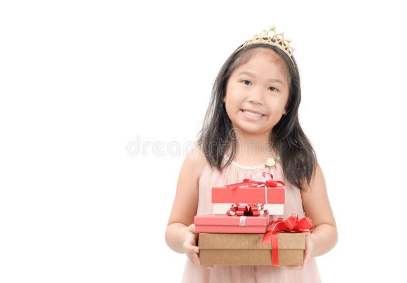 Leuk weinig prinses die rode giftdoos geïsoleerd houden royalty-vrije stock foto's