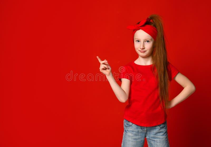 Leuk weinig roodharig meisje met een verband op haar haar, glimlachen en plaatsen een vlek voor uw reclame royalty-vrije stock afbeelding