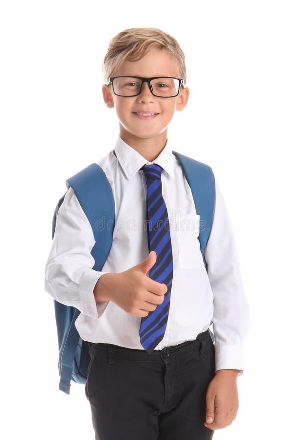 Leuk weinig schooljongen die duim-op gebaar op witte achtergrond tonen stock foto's