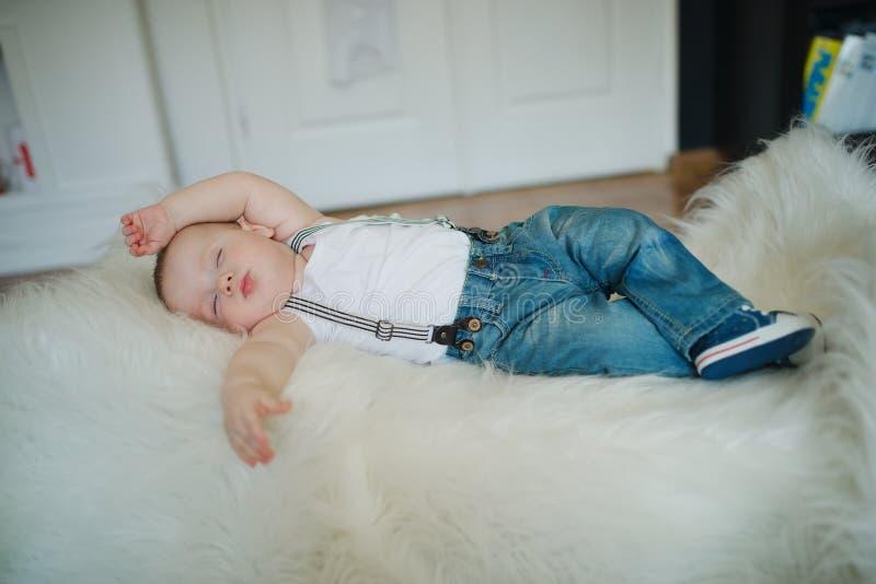 Leuk weinig slaapjongen royalty-vrije stock afbeeldingen