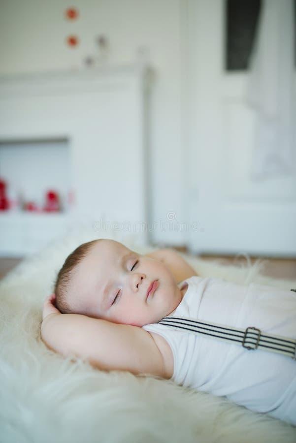 Leuk weinig slaapjongen stock afbeeldingen