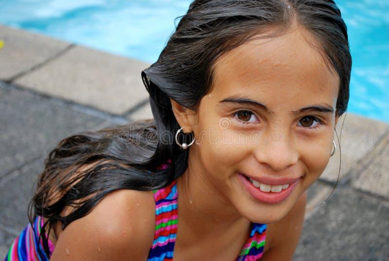 Leuk weinig Spaans meisje door de pool royalty-vrije stock afbeelding