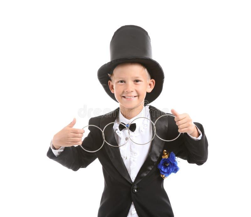 Leuk weinig tovenaar die truc met ringen op witte achtergrond tonen royalty-vrije stock foto