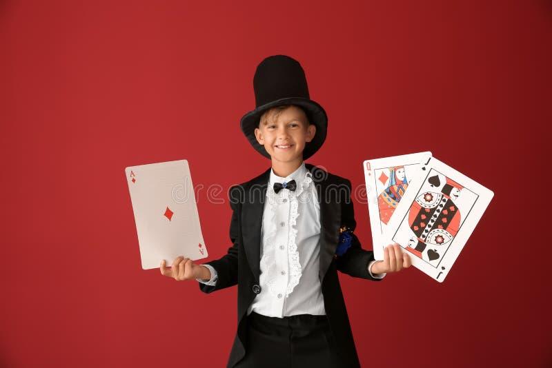 Leuk weinig tovenaar met kaarten op kleurenachtergrond royalty-vrije stock foto's