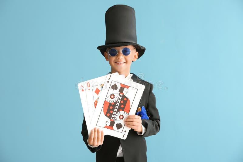 Leuk weinig tovenaar met kaarten op kleurenachtergrond royalty-vrije stock foto