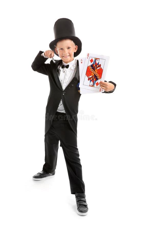 Leuk weinig tovenaar met kaarten op witte achtergrond royalty-vrije stock fotografie