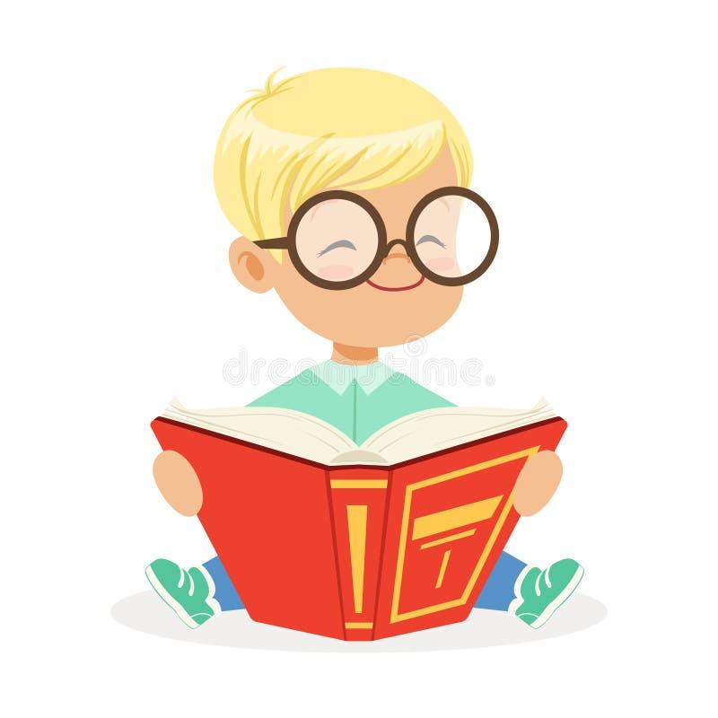 Leuk weinig towheaded jongen die glazen dragen die op de vloer zitten en een boek, de kleurrijke vector van het beeldverhaalkarak stock illustratie