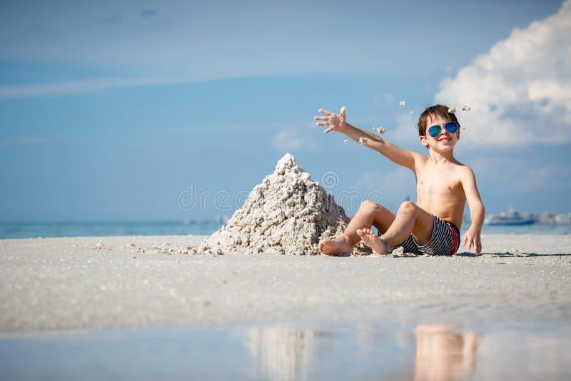 Leuk weinig zoon de bouwzandkasteel bij strand op Florida stock foto's