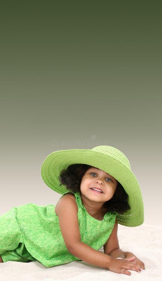 Leuk zwart meisje met groene hoed royalty-vrije stock fotografie