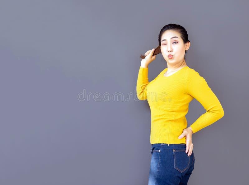 Leuke actie van de portret de Aziatische vrouw met toevallig stock afbeeldingen