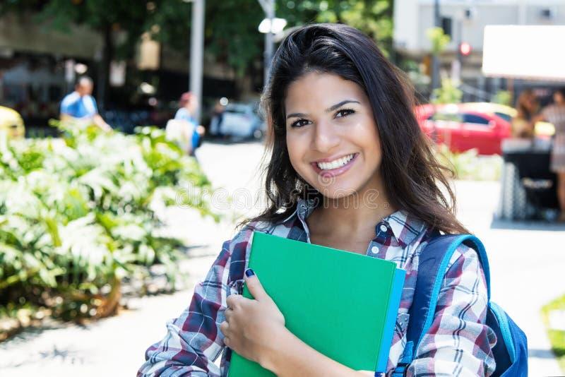 Leuke Amerikaanse vrouwelijke student die bij camera lachen royalty-vrije stock fotografie