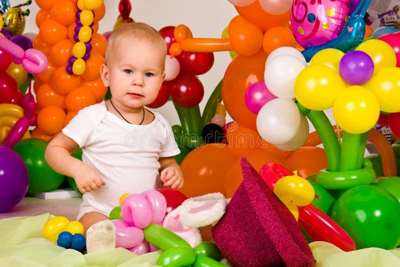 Leuke baby in ballonbos stock afbeeldingen