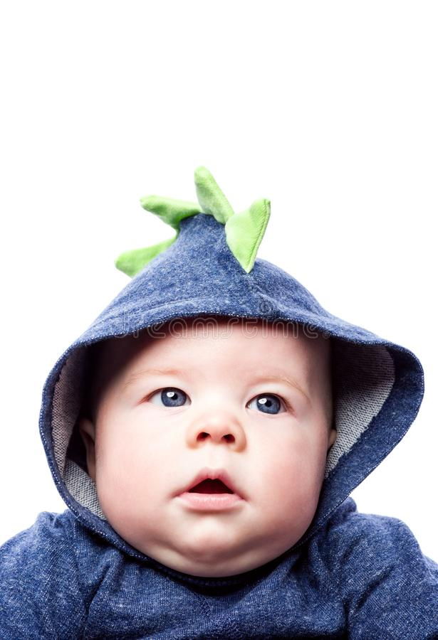 Leuke baby in blauwe hoodie Broedend een jongen met blauwe ogen stock foto