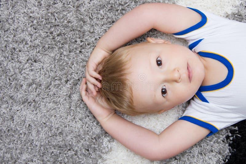 Leuke baby die op rug ligt royalty-vrije stock foto