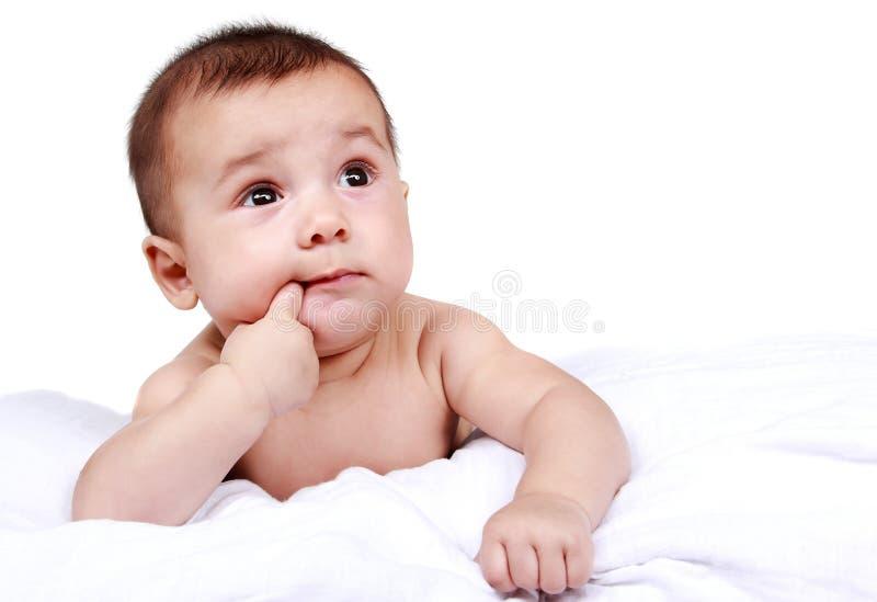 Leuke baby die zijn vinger zuigen stock afbeeldingen