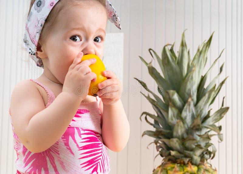 Leuke baby die zure citroen eten royalty-vrije stock fotografie