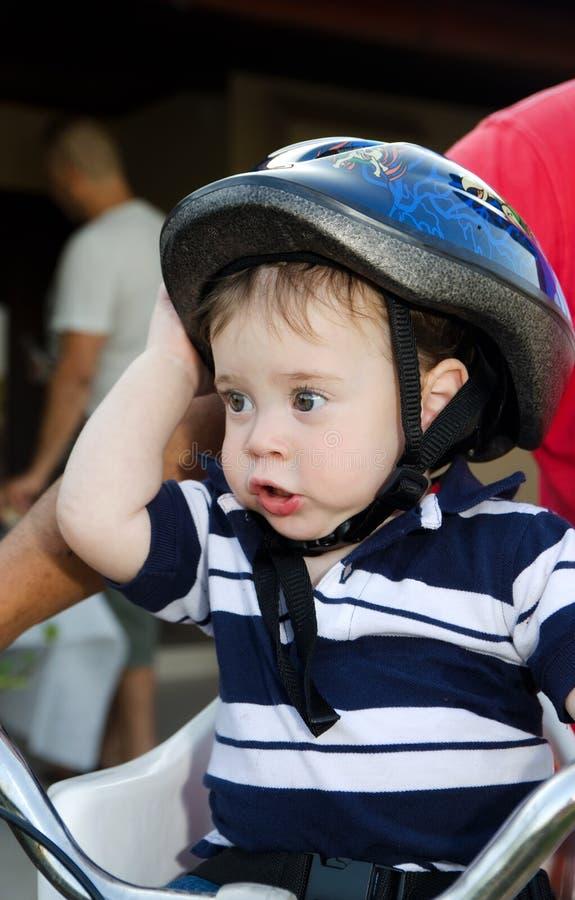 Leuke Baby met fietshelm stock afbeeldingen