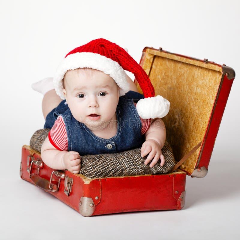 Leuke baby met het kostuum van de Kerstman stock fotografie
