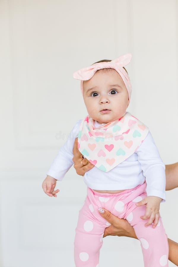 Leuke baby op witte achtergrond Sluit omhoog hoofd van een Kaukasisch babymeisje wordt geschoten, zes maanden oud baby die camera royalty-vrije stock afbeeldingen