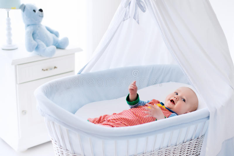 Leuke baby in wit kinderdagverblijf stock fotografie